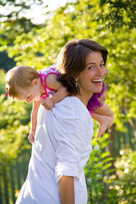 Mãe segurando filha