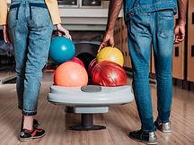 Personnes jouant au bowling