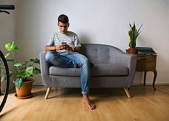 Teenager auf dem Handy