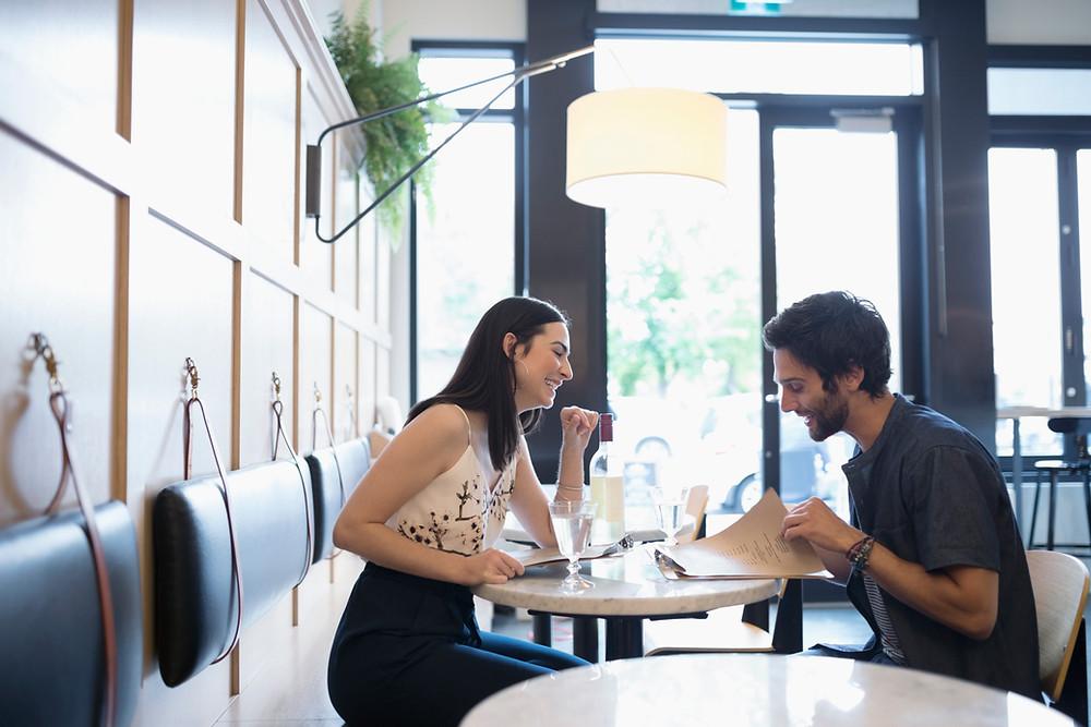 Gäste im Restaurant mit modernem Interior Design Konzept.