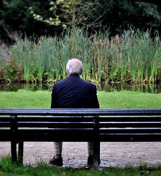 Homme sur un banc