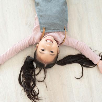 Mädchen von oben im Selfie-Studio