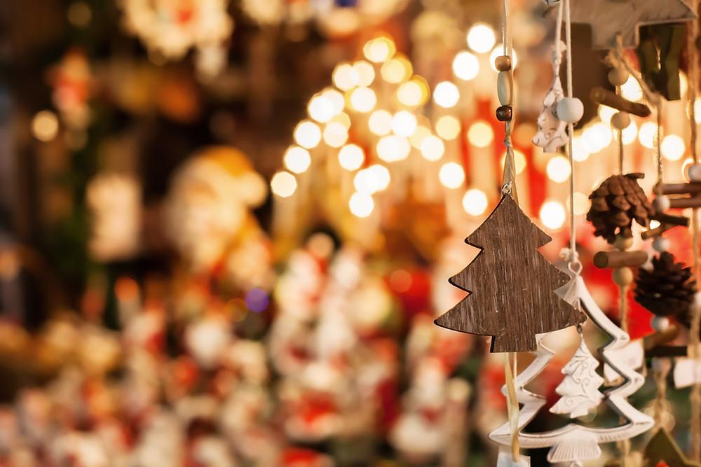 Weihnachtsschmuck aus Holz beim Christkindlmarkt