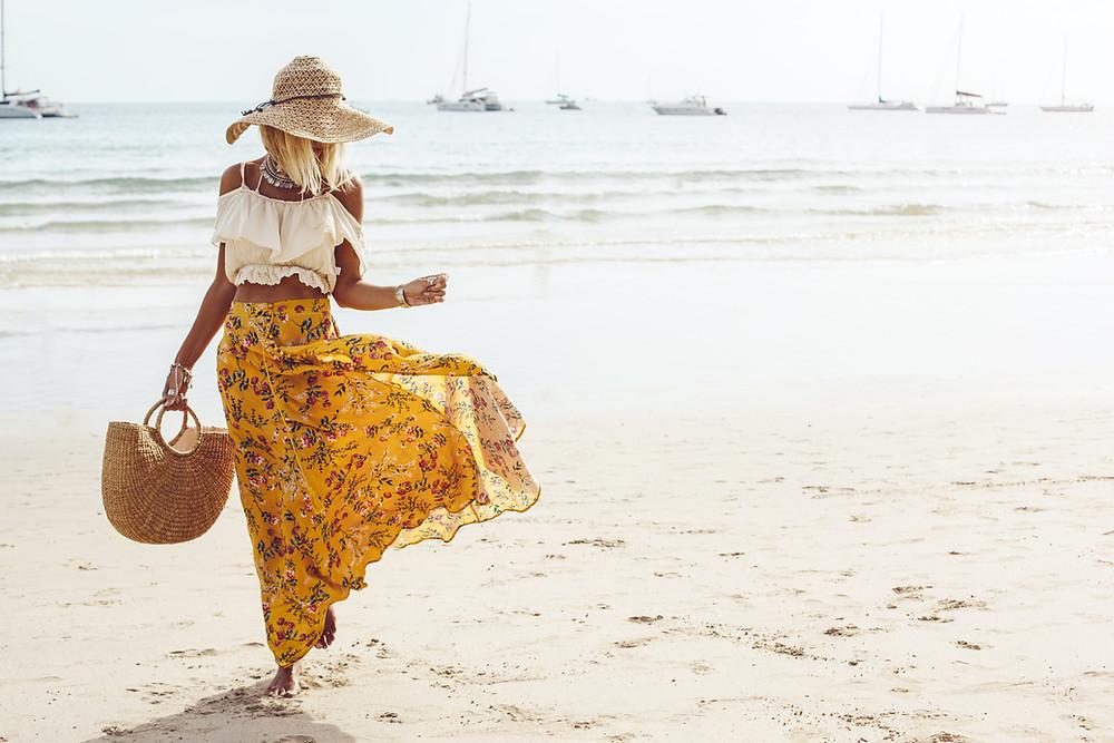 foto de uma moça na praia