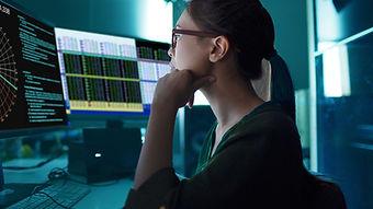 Uma mulher olhando gráficos na tela