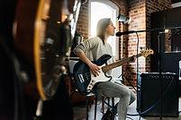 Chanteuse et guitare basse