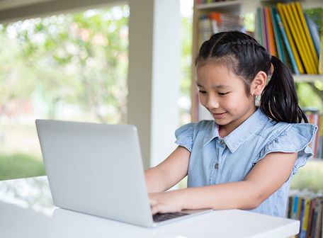 Menina com laptop