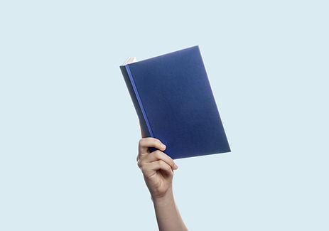 Ein Buch in der Hand