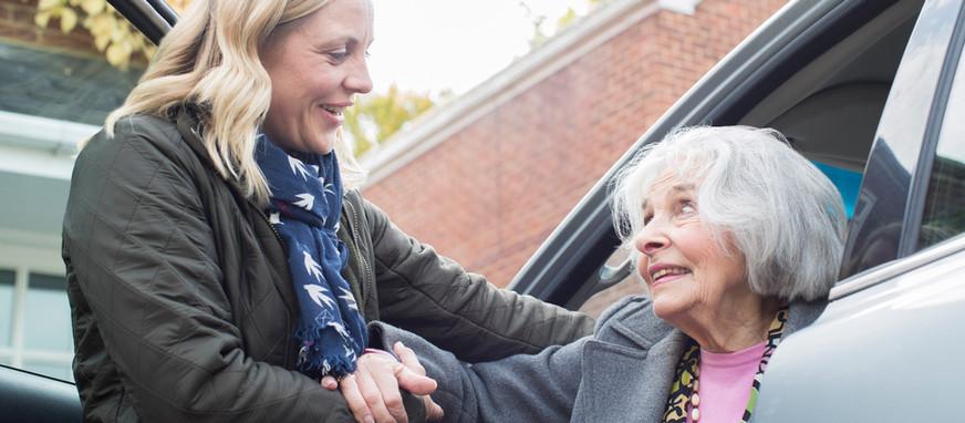 您是家庭中的照顧者嗎?看看有哪些方式可以分散您的照護壓力吧!