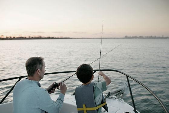 Отец и сын ловят рыбу