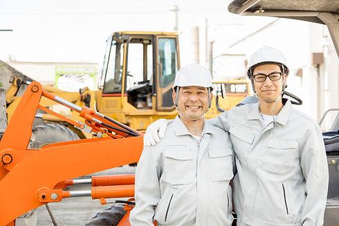 工事現場で働く男性