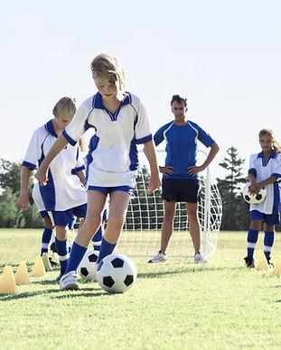 Filles pendant la pratique du football