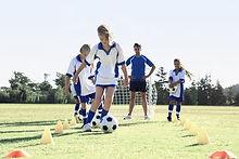 Ragazze durante la pratica del calcio
