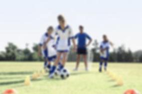 Niñas durante la práctica de fútbol