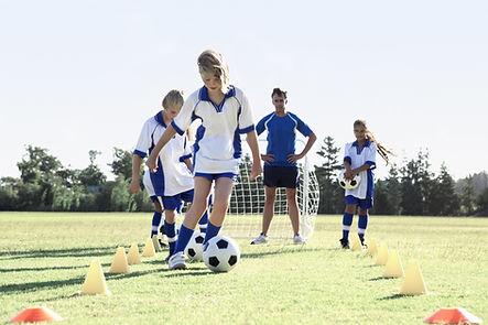 Meninas durante a prática de futebol
