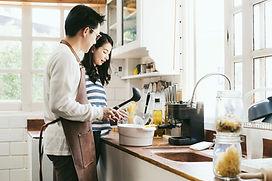 料理をするカップル