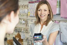 Vendeuse tendant une machine à carte