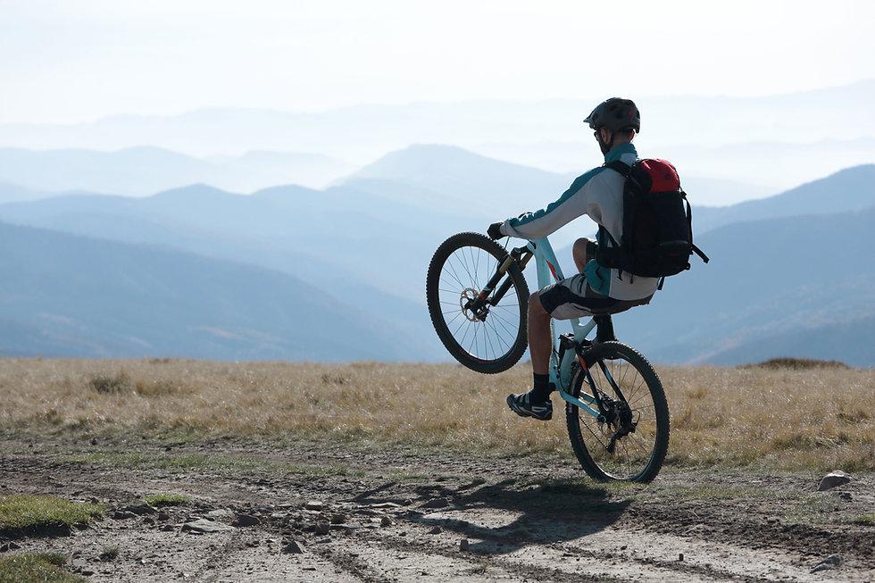 Mountainbiker führt Wheelie durch