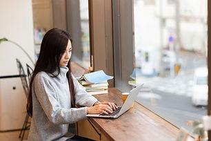 Mujer en su computadora