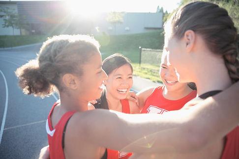 Schoolmeisjes tijdens training