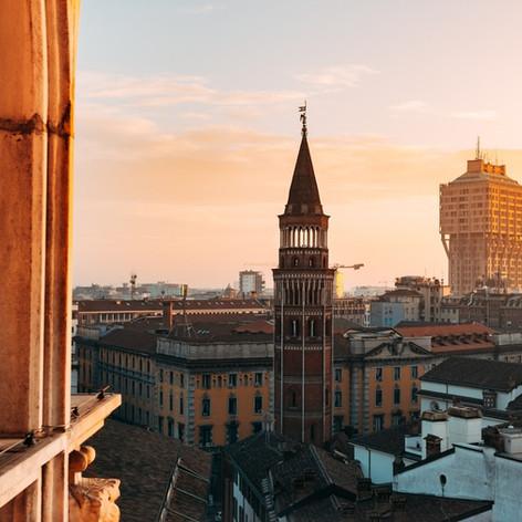 Torre Valesca (1955-1957) und im Vordergrund Vierungsturm der Kirche San Gottardo (14. Jh)