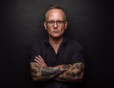 Hombre con los tatuajes