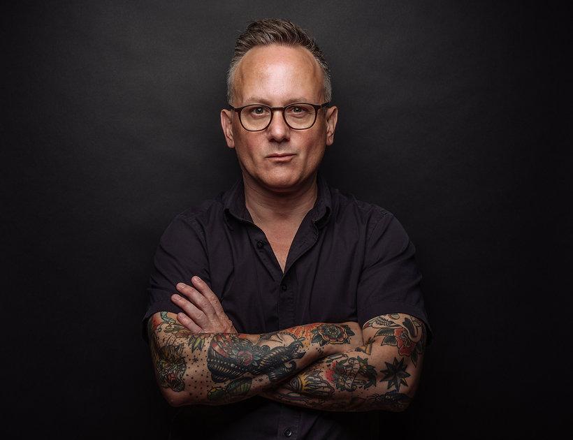 L'homme avec des tatouages