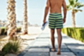 Un homme portant des shorts d'eau