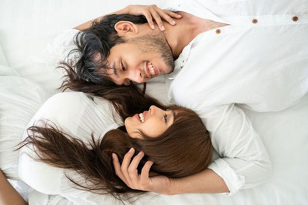 glückliches Paar die liegen und sich in die Augen schauen single beratung online Stella Schultner