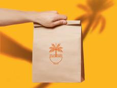 Mão segurando o saco de papel marrom