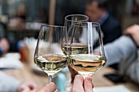 Trinquer avec verres de vin