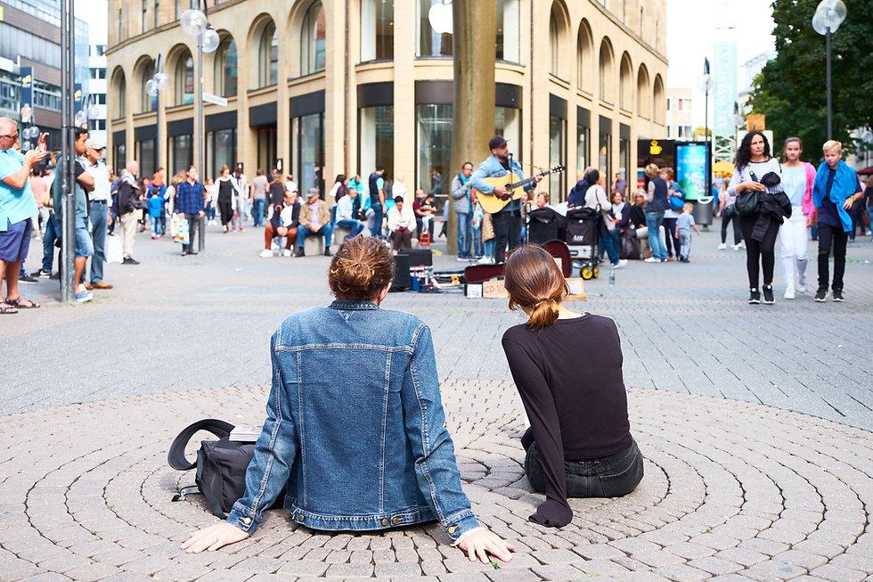 Musicien dans une rue piétonne