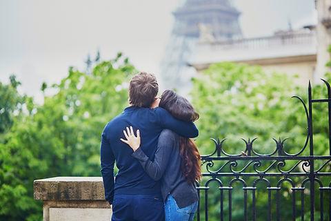 Couple en face de la tour Eiffel