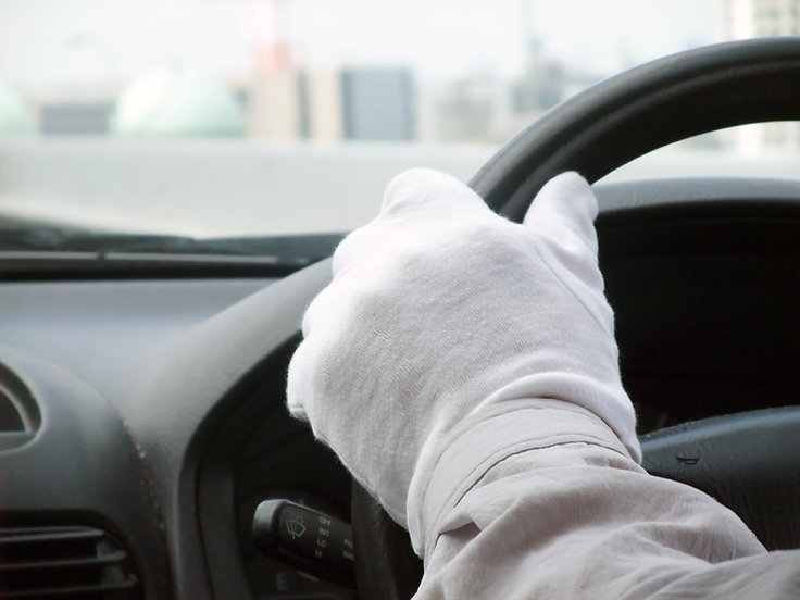 手袋をつけたドライバー