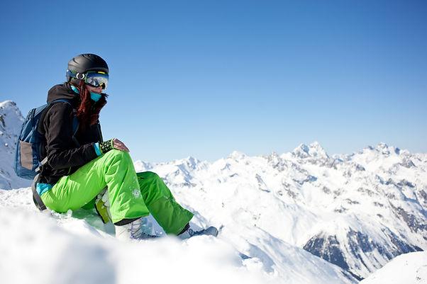 Surfeuse assise dans la neige