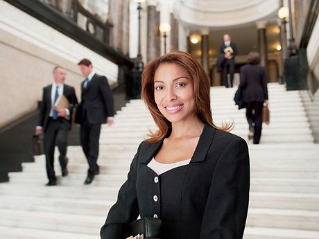 Abogado sonriente en el lobby