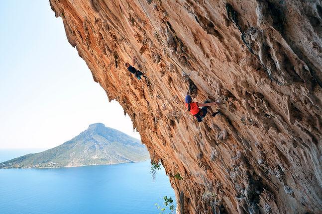 Alpinistas na parede de pedra