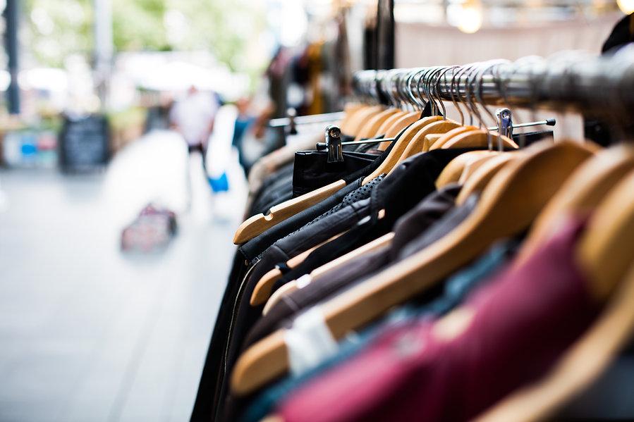 Vêtements accrochés dans une boutique forfait stylisme quebec