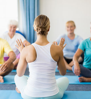 Clase de yoga para adultos mayores