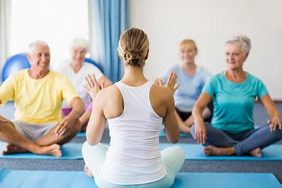 Lezione di yoga per anziani