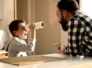 Far og søn spiller