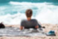 Mann, der den Strand genießt
