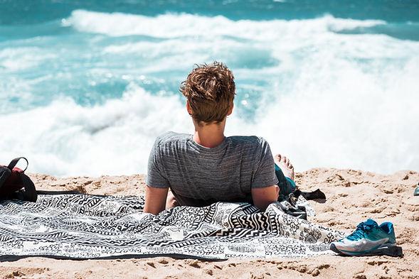 Hombre disfrutando de la playa