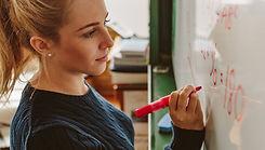 Student schrijft op bord