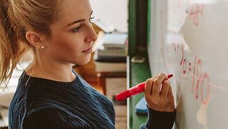 Estudiantes escribiendo a bordo