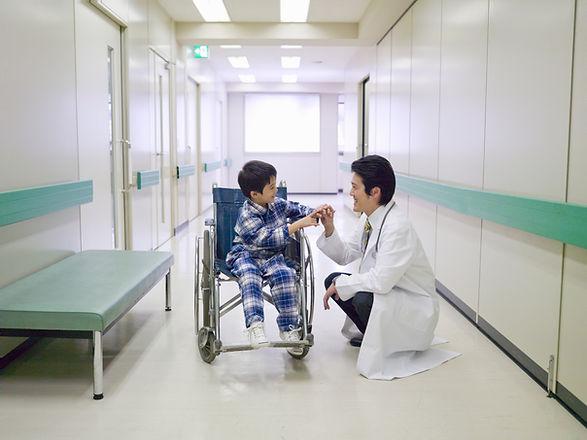 휠체어에 아이