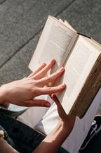 本を読んでいる