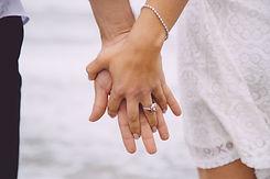 Пожилая пара держится за руки