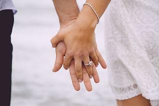 手を繋いでいる婚約カップル