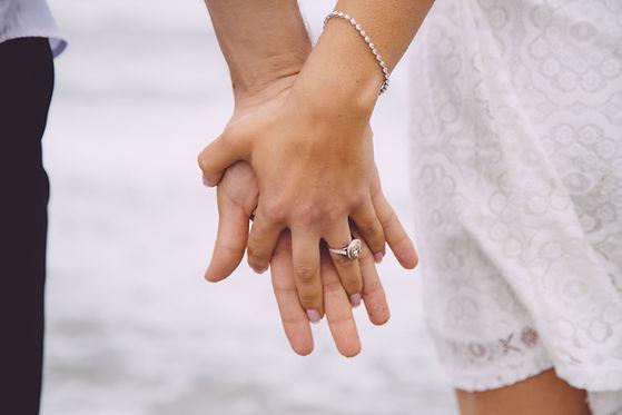 Zaręczona para trzymając się za ręce